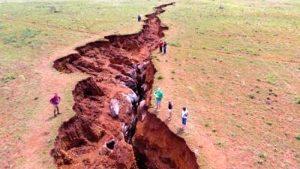 Sudafrica, enorme crepa si apre nel terreno: paura tra la popolazione
