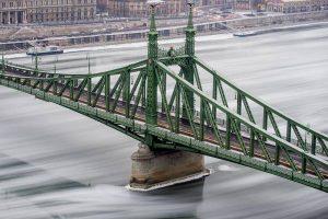 Danubio ghiacciato, navigazione interrotta: VIDEO spettacolare dal drone