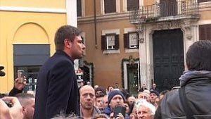 """Di Battista aizza gli ambulanti che promettono: giornalisti, De Benedetti e Caltagirone; """"Servi, bastardi, li ammazziamo"""". E li ascolta beato"""