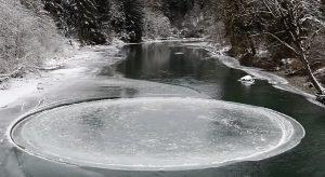 YOUTUBE Disco nel ghiaccio, Ufo? No, uno scherzo