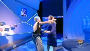 """Emma Marrone a """"C'è posta per te"""": ecco cosa le fa fare Maria De Filippi VIDEO"""