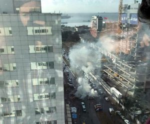 Turchia, forte esplosione a Smirne: auto in fiamme e feriti FOTO