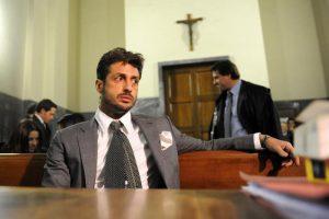 Fabrizio Corona bacia Silvia Provvedi in tribunale. Niente tv, no processo show