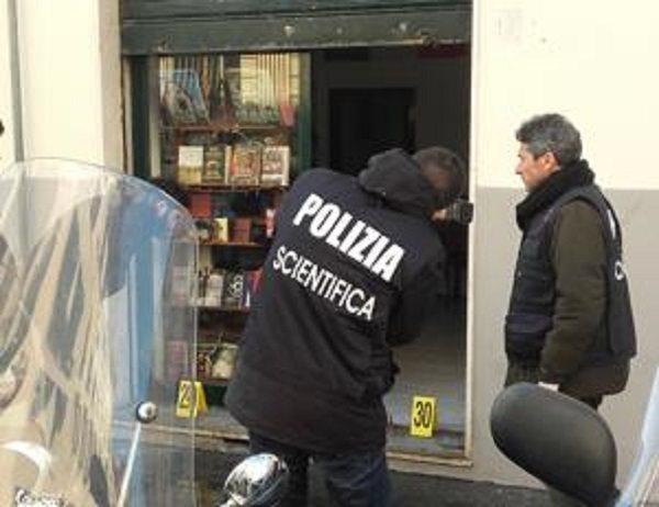 Firenze, ordigno contro libreria di Casa Pound ferito un agente di polizia