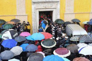 Loreto Aprutino: funerale coniugi Di Carlo, quasi rissa con troupe tv