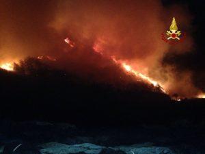 Genova, incendi sui monti: la Regione ha un elicottero, bloccato dal vento. E i Canadair? In arrivo...