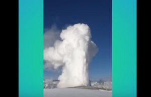 YOUTUBE Geyser erutta neve al posto del vapore: spettacolo a Yellowstone