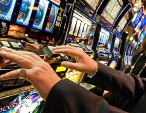 Si gioca tutti i soldi dell'incasso alle slot e si inventa rapina: condannato