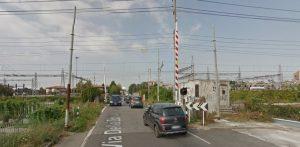 Brescia, sfonda con auto passaggio a livello e viene travolto da treno FOTO