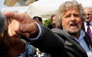Beppe Grillo come fascisti e Br per nascondere i problemi della Raggi