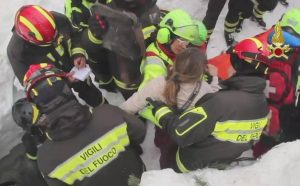 """Hotel Rigopiano, i vigili del fuoco: """"Abbiamo lavorato in condizioni disperate"""" (foto Ansa)"""