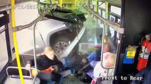YOUTUBE Furgoncino sfonda il bus: il video dello schianto