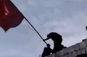 YOUTUBE Morte in diretta: portabandiera islamico fulminato mentre festeggia