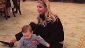 YOUTUBE Trump, il figlio di Ivanka gattona per la prima volta alla Casa Bianca