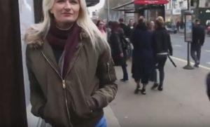 YOUTUBE Nuda per strada, i jeans sono solo dipinti