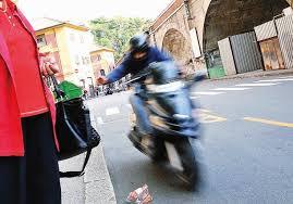 Luca Donnarumma tenta rapina a poliziotto ma lascia Cv nello scooter...