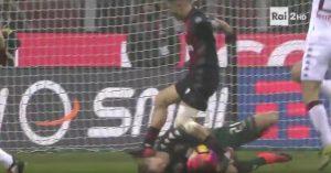 YOUTUBE Lapadula colpisce Hart coi tacchetti in Milan-Torino