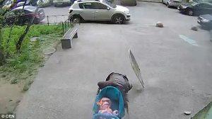 Madre col passeggino colpita da una lastra e...