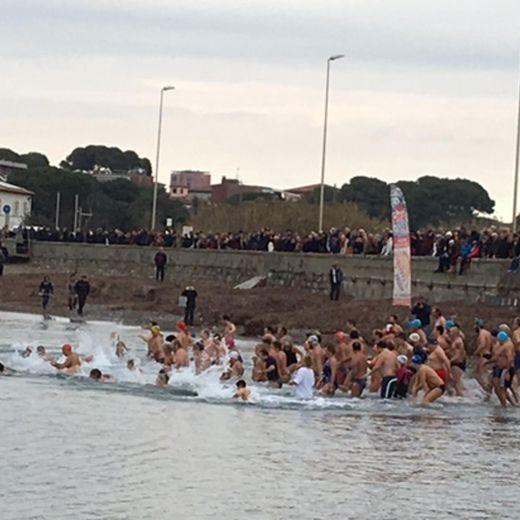 Capodanno: primo bagno in mare dell'anno a Livorno