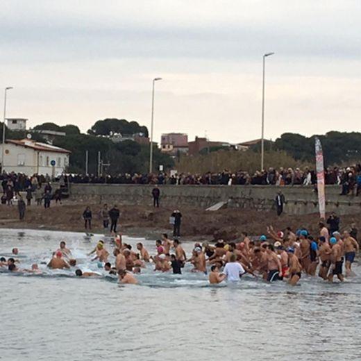 Capodanno: primo bagno in mare dell'anno a Livorno3