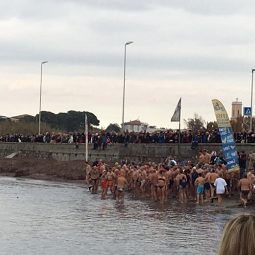 Capodanno: primo bagno in mare dell'anno a Livorno2