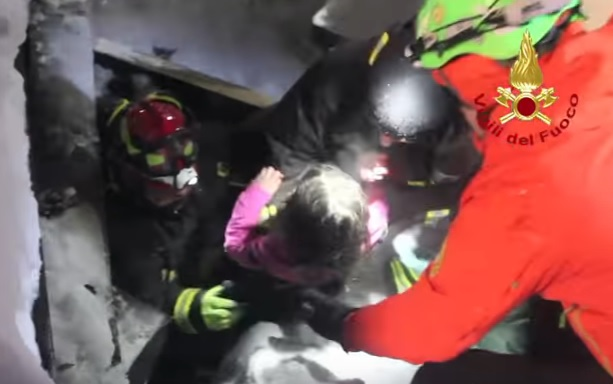 """YOUTUBE Rigopiano, la gioia del pompiere che salva Ludovica: """"Ciao piccoletta"""""""