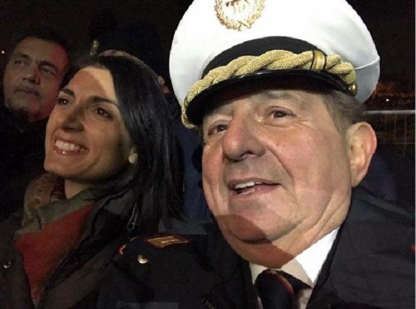 Giancarlo Magalli, selfie con Virginia Raggi vestito da vigile FOTO