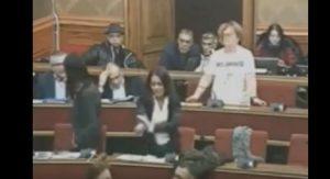 Ragusa, l'ex grillina fa il gesto dell'ombrello contro il sindaco M5S