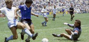Maradona a Napoli: avvocato dei vip ruba maglietta e scarpini del pibe de oro