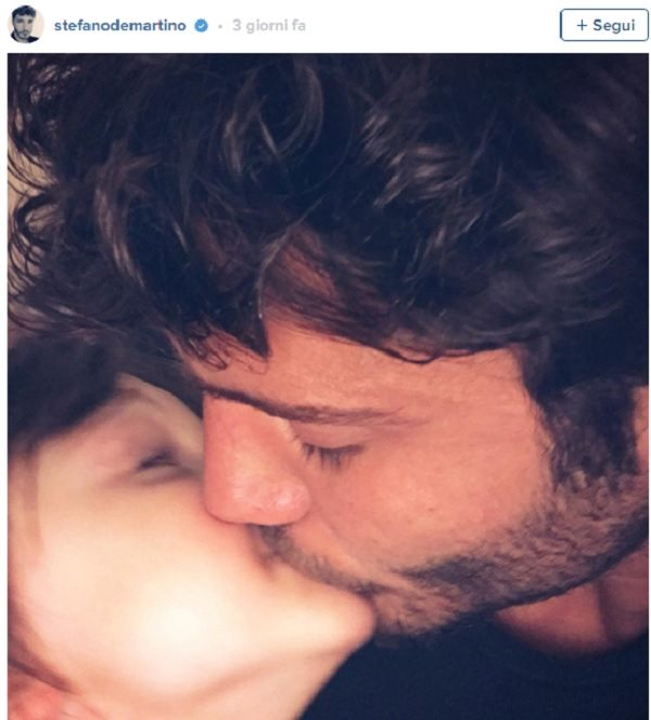 "Stefano De Martino attaccato su Instagram: ""Vergognoso quel bacio a Santiago"""
