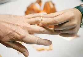 Matrimonio tra donna e ricco anziano in fin di vita: prete rinviato a processo
