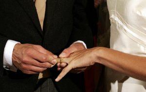 Prato, falso matrimonio per sposare ballerina di night. Lei lo scopre e...