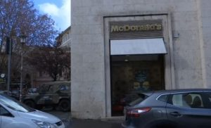 McDonald's a San Pietro distribuirà cheeseburger ai clochard