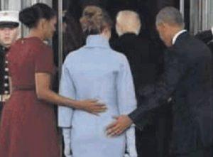 Obama e Melania Trump, la mano dell'ex presidente Usa... FOTO