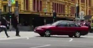 YOUTUBE Melbourne, auto invade zona pedonale: 3 morti investiti