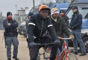 Migranti: Cie più piccoli e diffusi la soluzione del governo. No di Grillo