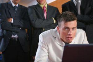 Mobbing datoriale anche in caso di vessazioni tra colleghi