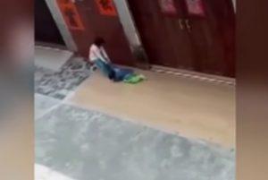 YOUTUBE Passa sopra alle gambe della nipotina in moto perché non vuole tornare a casa