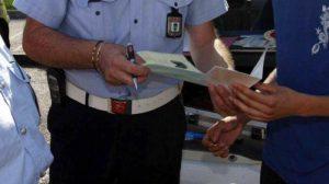 Trento, fuma sigaretta in auto con figlio incinta: multato