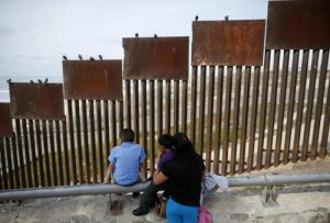 """Donald Trump: """"Muro tra Usa e Messico si fa"""". L'annuncio via Twitter"""