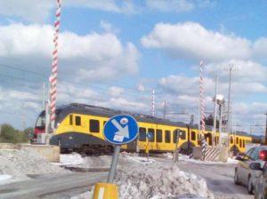 Bitonto, passaggio a livello aperto e treno in transito