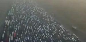 Pechino, drone riprende code impressionanti al casello