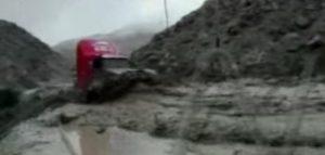 YOUTUBE Smottamento travolge macchina e la fa schiantare contro un camion