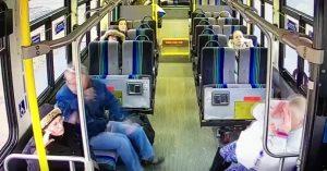 YOUTUBE Pick-up travolge bus, nello schianto muore un passeggero