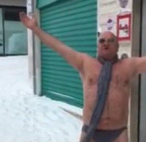 Pierino Carlucci di Altamura in slip su neve: VIDEO spopola sul web