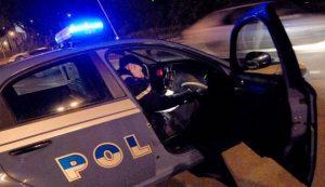 Firenze, nigeriano si barrica in casa con moglie e figli: coltellate a polizia, arrestato