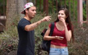 YOUTUBE Saluta la ragazza e comincia subito a flirtare con altre...
