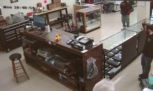 YOUTUBE Rapinatori entrano in negozio, ma commesso ha pistola: finisce male