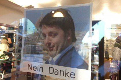 """Renzi Nein Danke"": cartello choc in negozio a Ortisei"