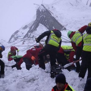 "Hotel Rigopiano: 11 sopravvissuti, 5 vittime, 19 dispersi. ""Altri segnali sotto la neve"""